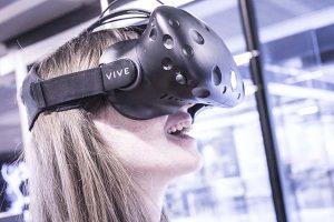 En deltager prøver vores VR spil
